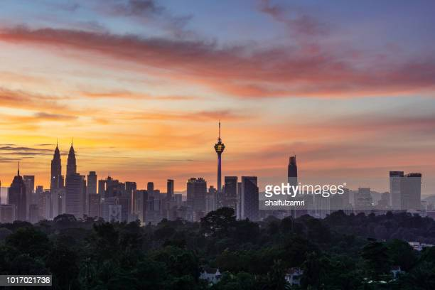 majestic sunrise over downtown kuala lumpur, malaysia - shaifulzamri stockfoto's en -beelden