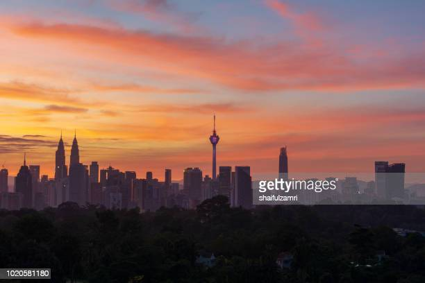 majestic sunrise over kl tower and surrounded buildings in downtown kuala lumpur, malaysia. - shaifulzamri photos et images de collection