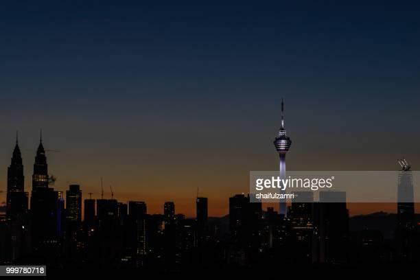 majestic sunrise over kl tower and surrounded buildings in downtown kuala lumpur, malaysia. - shaifulzamri 個照片及圖片檔