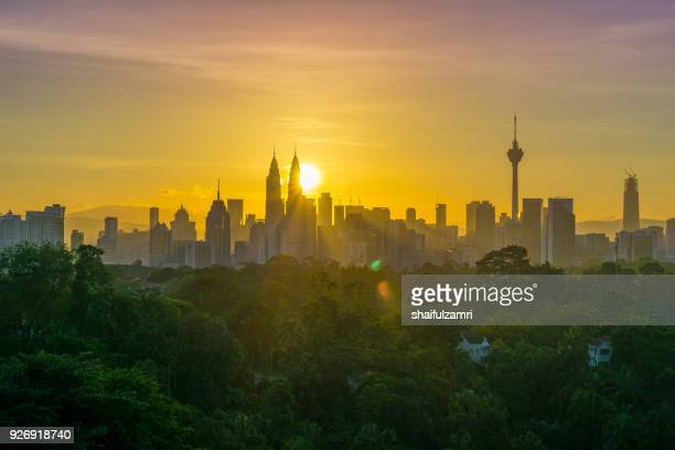 majestic sunrise over petronas twin towers and surrounded buildings in downtown kuala lumpur, malaysia - shaifulzamri 個照片及圖片檔