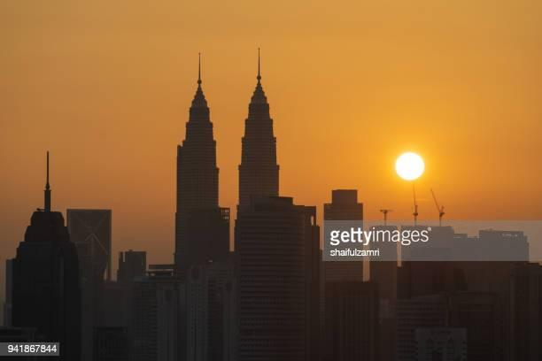 majestic sunrise over petronas twin towers and surrounded buildings in downtown kuala lumpur, malaysia - shaifulzamri imagens e fotografias de stock