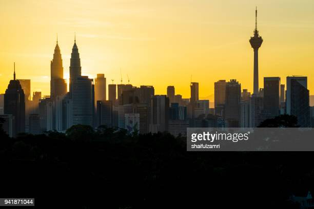 majestic sunrise over petronas twin towers and surrounded buildings in downtown kuala lumpur, malaysia - shaifulzamri photos et images de collection