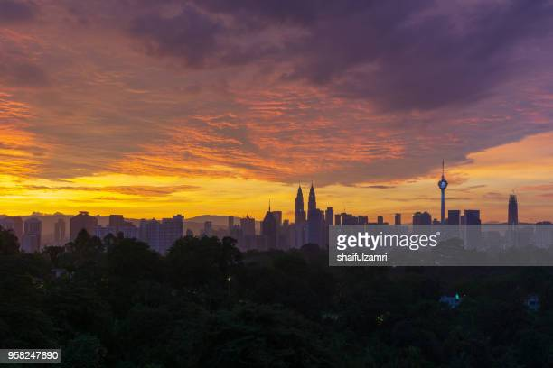 majestic sunrise over petronas twin towers and surrounded buildings in downtown kuala lumpur, malaysia. - shaifulzamri 個照片及圖片檔