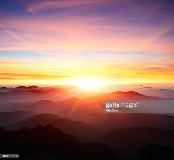 majestic sunrise over the mountains - zonnestraal stockfoto's en -beelden