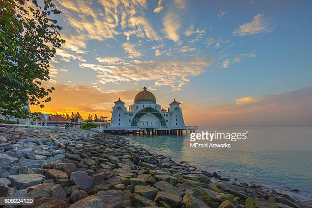 majestic sunrise sky over a floating mosque by the coastline - melaka state stock pictures, royalty-free photos & images