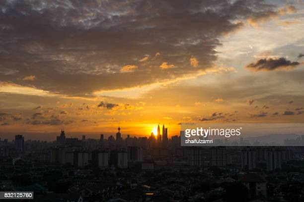 majestic sunset in kuala lumpur, the capital of malaysia. its modern skyline is dominated by the 451m-tall klcc, a pair of glass-and-steel-clad skyscrapers. - shaifulzamri imagens e fotografias de stock