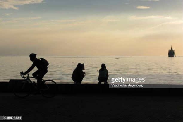 majestic sunset in manila bay, time of contemplation - argenberg fotografías e imágenes de stock