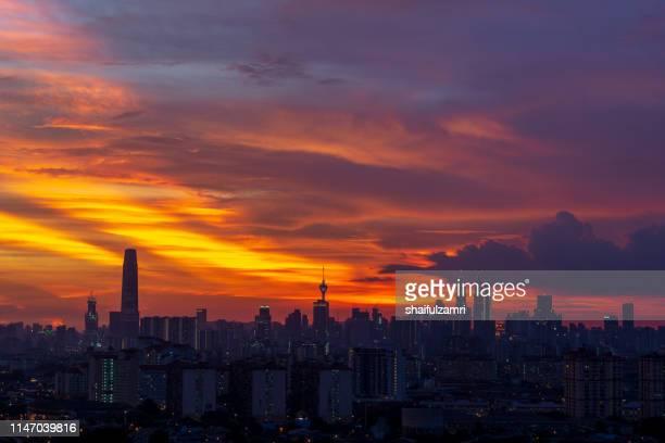 majestic sunset over downtown kuala lumpur, malaysia - shaifulzamri stockfoto's en -beelden
