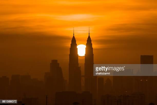majestic sunset over downtown kuala lumpur, malaysia - shaifulzamri 個照片及圖片檔