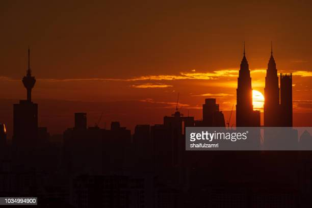 majestic sunset over kl tower and surrounded buildings in downtown kuala lumpur, malaysia. - shaifulzamri photos et images de collection
