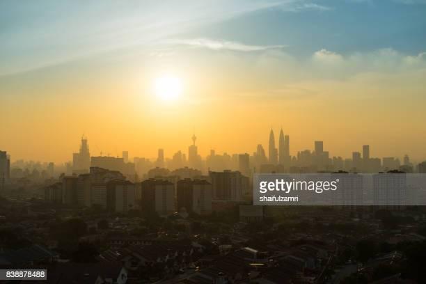 majestic sunset over petronas twin towers and surrounded buildings in downtown kuala lumpur, malaysia - shaifulzamri fotografías e imágenes de stock