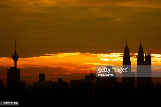 majestic sunset over twins tower and surrounded buildings in downtown kuala lumpur, malaysia. - shaifulzamri foto e immagini stock