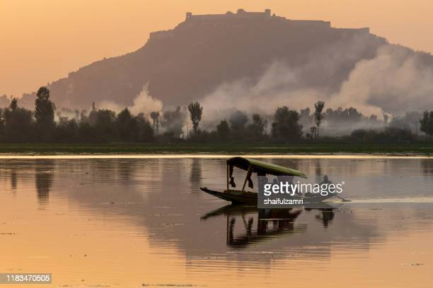 majestic sunset view over dal lake in kashmir, india. - shaifulzamri stock-fotos und bilder