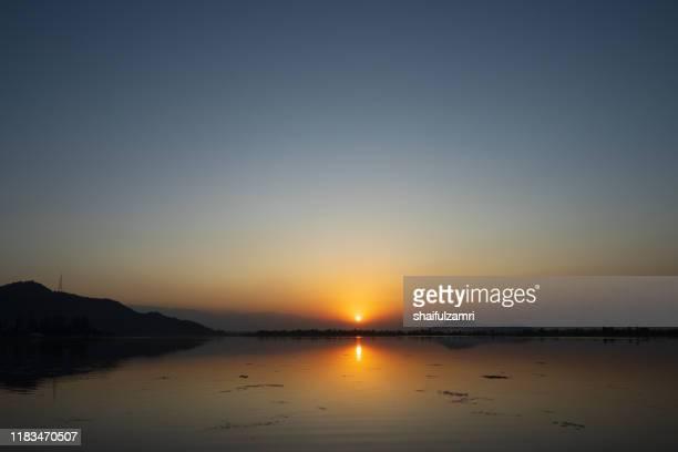 majestic sunset view over dal lake in kashmir, india. - shaifulzamri stock-fotos und bilder