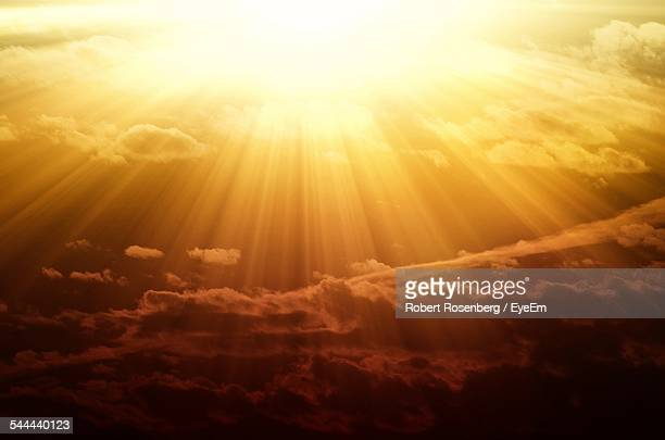 majestic view of cloudy sky during sunset - zonnestraal stockfoto's en -beelden