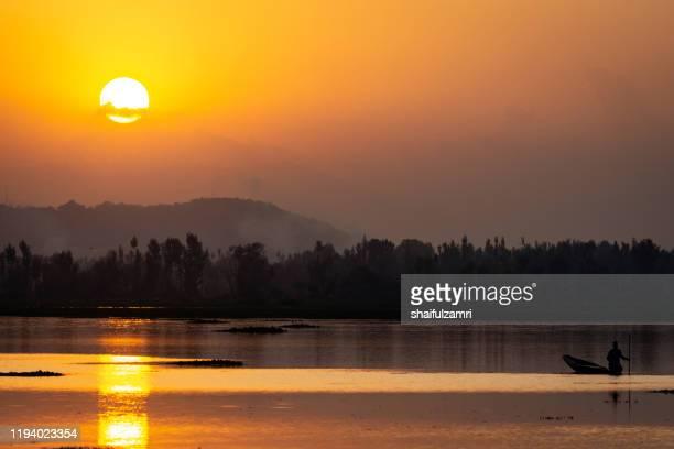 majestic view of sunset over dal lake, kashmir, india. - shaifulzamri stockfoto's en -beelden