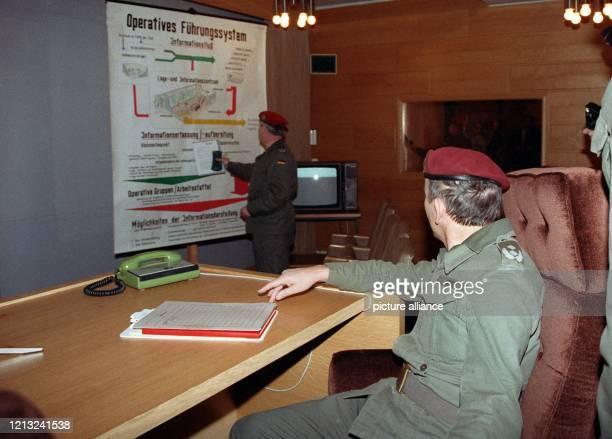 Major Ferdinand Haubner sitzt in Erich Honeckers Sessel im Lageraum des Bunkers der ehemaligen Staats und Parteiführung der DDR in Prenden in der...