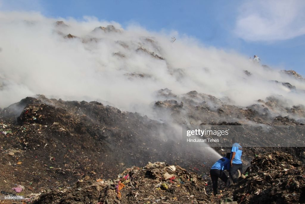 major fire breaks out at dumping ground in kalyanの写真および