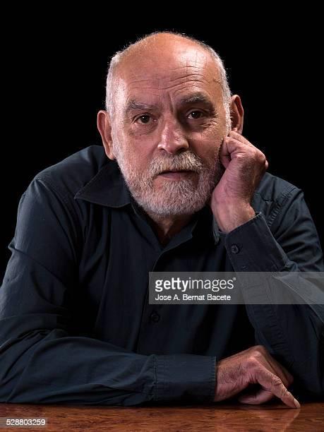 major man of white beard supported on an elbow - solo un uomo maturo foto e immagini stock