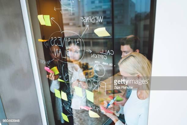 maak vrienden die je tot niveau omhoog dwingen - klanten georiënteerd stockfoto's en -beelden