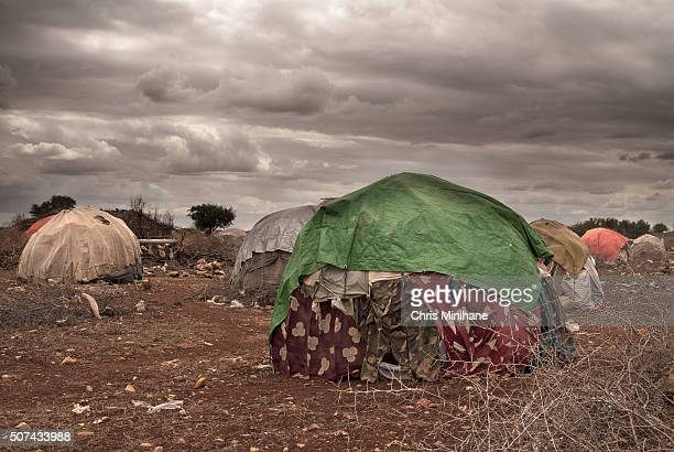 make shift, temporary refugee shelters in somalia at idp camp. - refugiado fotografías e imágenes de stock