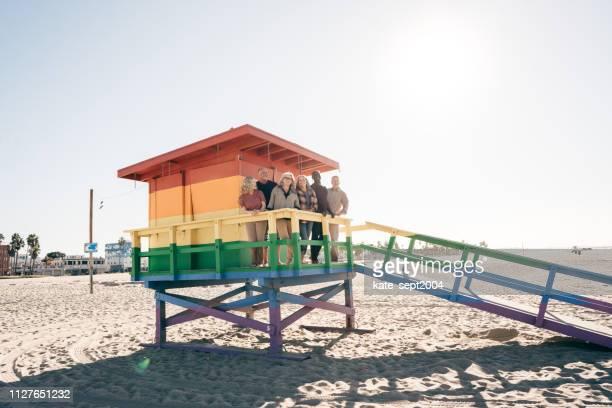 machen sie das beste der pensionierung - strandwächterhaus stock-fotos und bilder