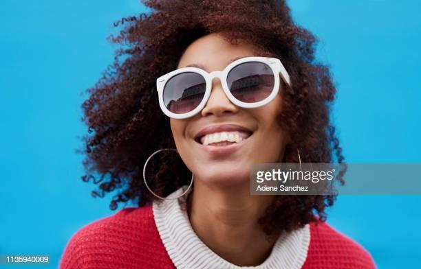 fai chiedere loro perché stai sorridendo - occhiali da sole foto e immagini stock