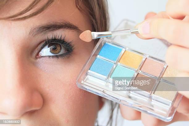 make up artist applying eyeshadow - sigrid gombert stockfoto's en -beelden