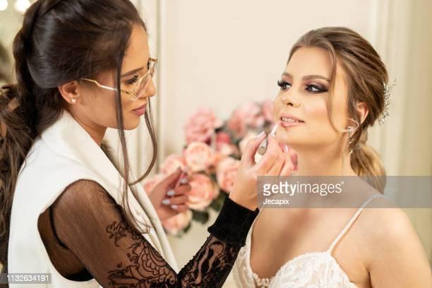 make-up artist voorbereiding bruid voor wedding - visagist stockfoto's en -beelden
