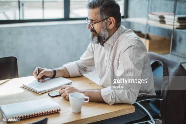 machen sie ihre erfolgsgeschichte erzählen unternehmensstatistik - einzelner mann über 40 stock-fotos und bilder