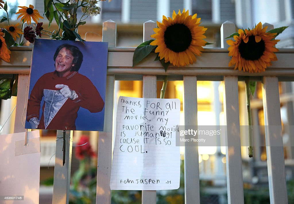 People Leave Tributes To Robin Williams Outside Mork & Mindy House : News Photo