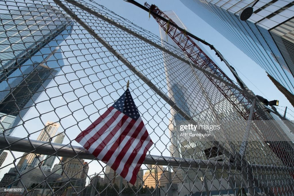A makeshift memorial lines the fence on the 16th Anniversary of the attacks of September 11 at the World Trade Center 9/11 Memorial on September 11, 2017 in New York. / AFP PHOTO / Bryan R. Smith
