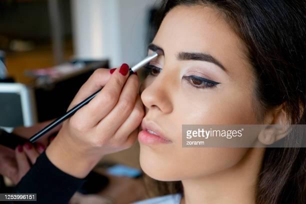 ブラシで眉毛の影を適用するメイクアップアーティスト - 眉 ストックフォトと画像