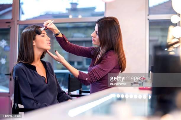 make-up artist op het werk - visagist stockfoto's en -beelden