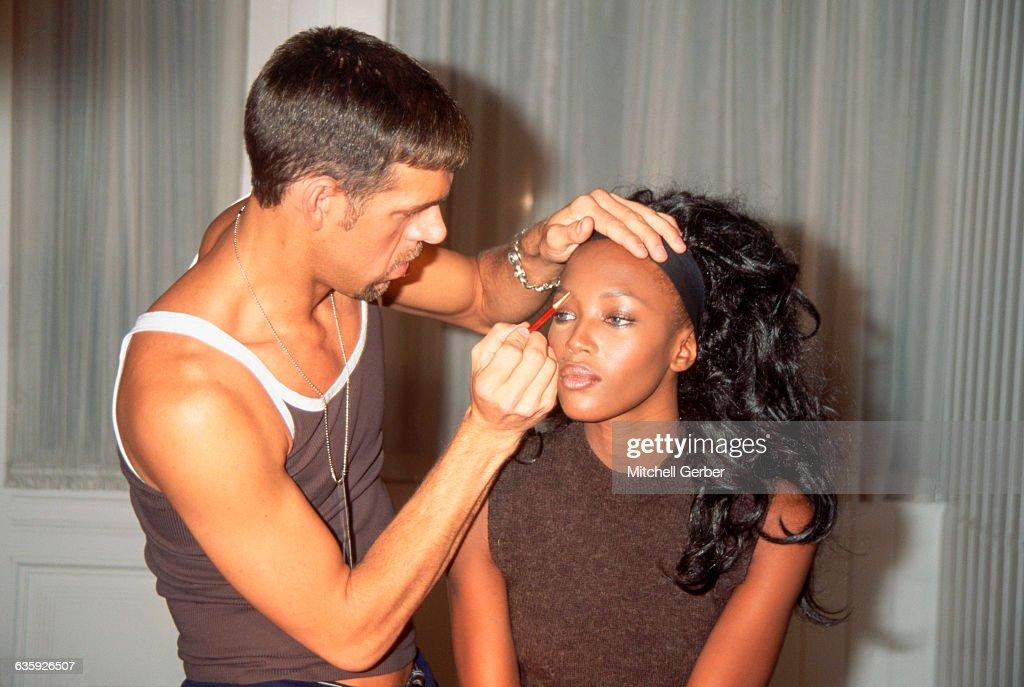 Kevyn Aucoin Applies Makeup to Naomi Campbell : Foto di attualità