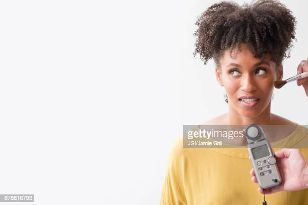 makeup artist using makeup brush on woman - sessão de foto - fotografias e filmes do acervo