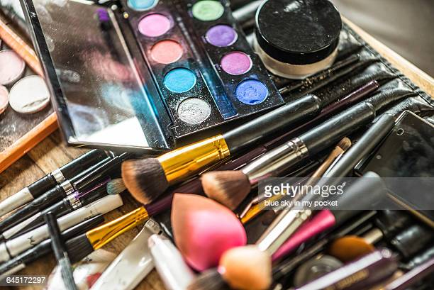 make-up brushes and powder - cosmetics stock pictures, royalty-free photos & images