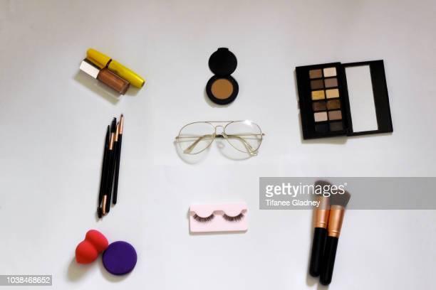 make-up brushes, eye make-up and glasses - sombra maquiagem de olho - fotografias e filmes do acervo