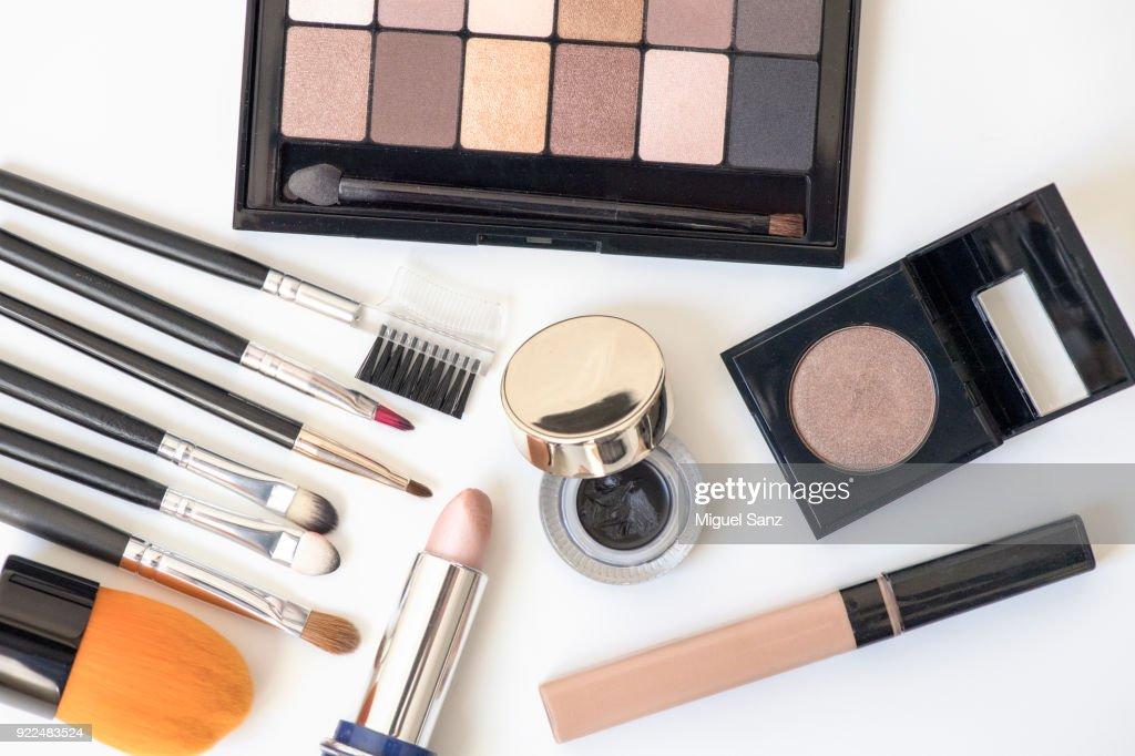 makeup brushes, eye shadows, blushers, cosmetic : Foto stock