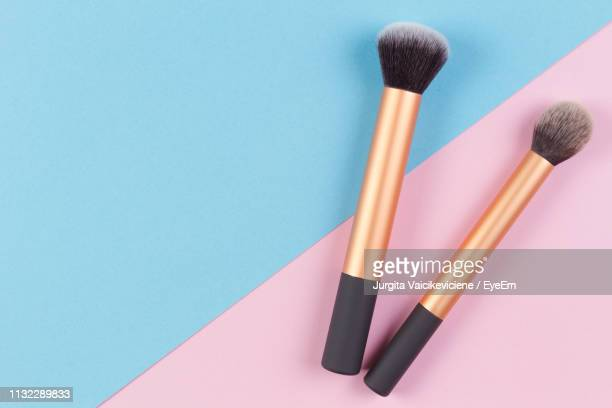 make-up brushes on colored background - メイクアップブラシ ストックフォトと画像