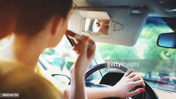 make-up in een auto. - landvoertuig stockfoto's en -beelden
