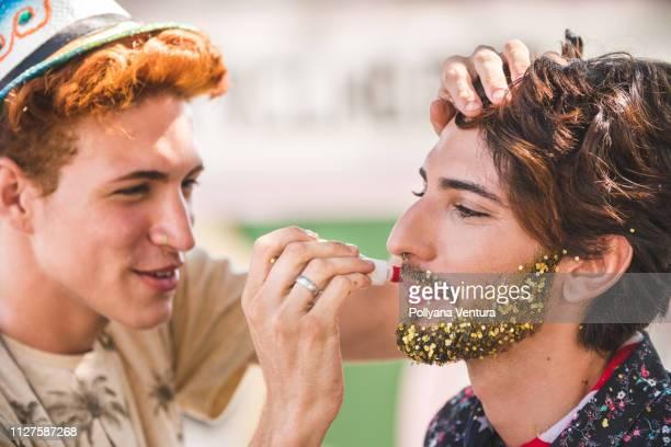 make-up mit glitzer - aktmodell mann stock-fotos und bilder