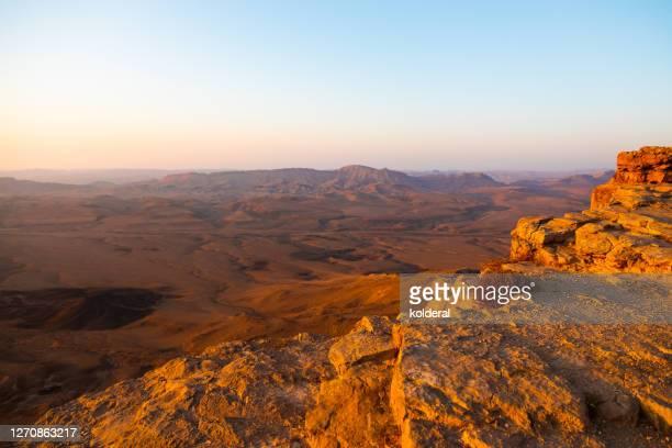 makhtesh ramon during sunset - 浸食された ストックフォトと画像