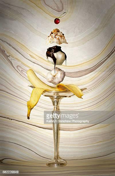 making a banana split - バナナスプリット ストックフォトと画像