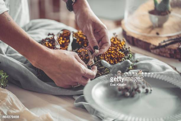 Het maken van een kroon van Kerstmis