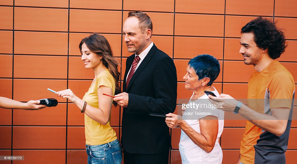 Making a contactless payment with smartphone : Stock Photo
