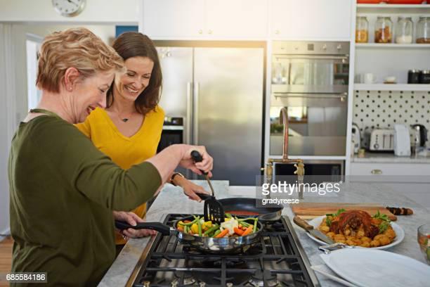 fazer algumas modificações mais saudáveis para a receita de família - fogão - fotografias e filmes do acervo