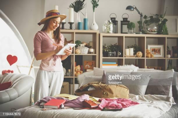 fazendo uma lista para a embalagem - só uma mulher jovem - fotografias e filmes do acervo