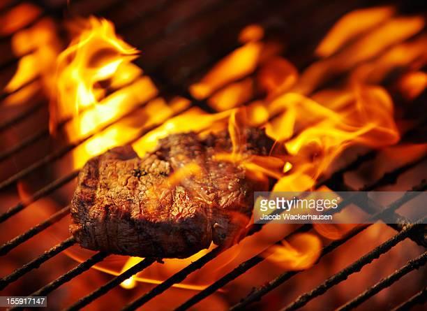 faire un repas de viande tendres certaines - aliment grillé au charbon de bois photos et images de collection