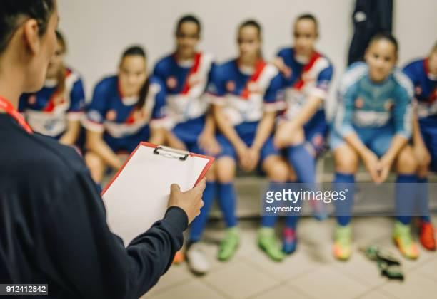 faire un plan de match de football féminin! - football féminin photos et images de collection